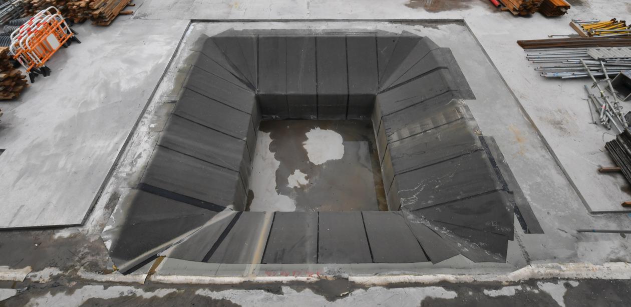 位於車站範圍的J2方形水井原址(混凝土井槽已回填)